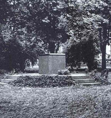 Obelisk für die Euthanasieopfer im Park der Landesklinik. Foto K.-H. Hofmeister 2000