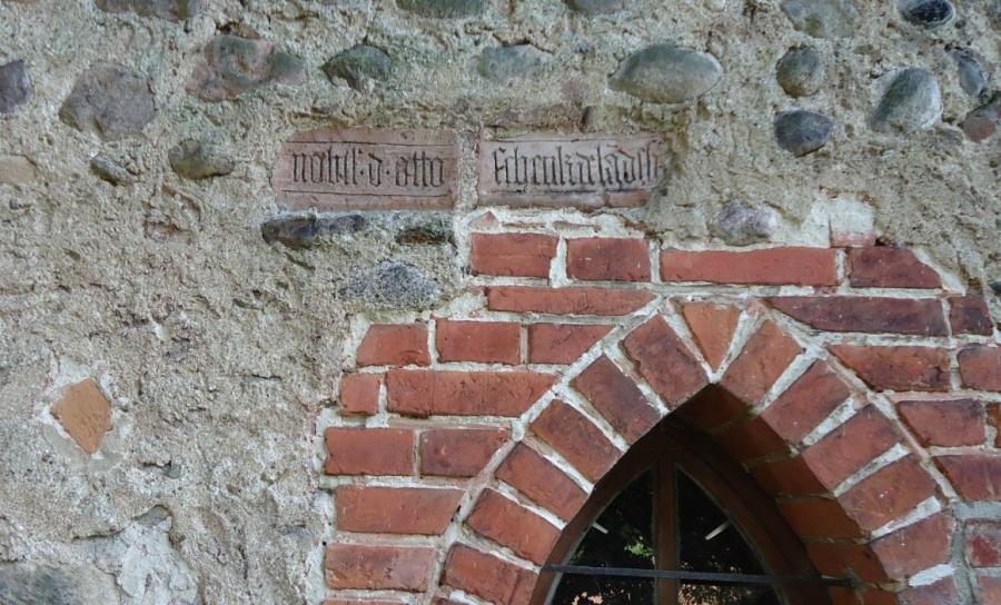 Inschriftstein an der Ostseite der Heilig-Geist-Kirche: Der Edle OttoSchenk von Landsberg