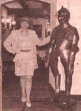 Die moderne Elisabeth mit einem alten Ritter in der Schloss-Boutique